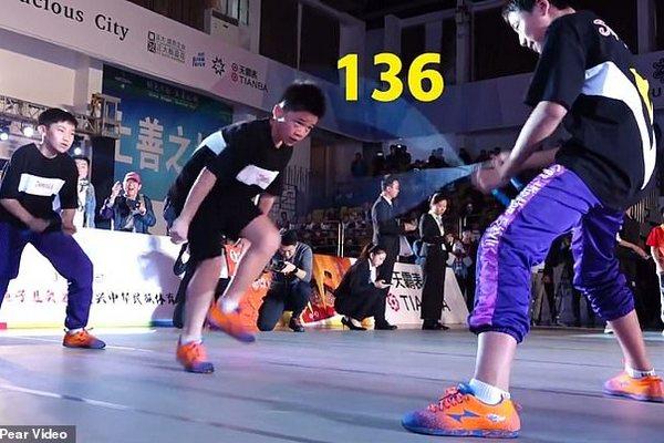 [Video thú vị]: Cậu bé 13 tuổi lập kỷ lục Guinness nhảy dây với 136 bước trong vòng 30 giây