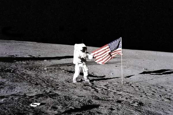 Nga quyết lên Mặt Trăng để kiểm chứng xem Mỹ có cắm cờ trên đó hay không