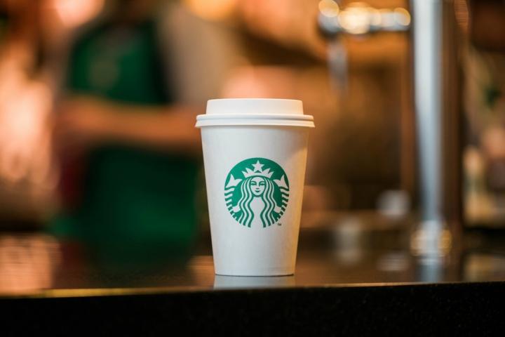 """Starbucks sẽ chặn khách hàng xem phim """"người lớn"""""""