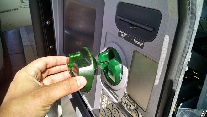 Thẻ ATM vẫn nằm trong ví, tại sao tài khoản vẫn bốc hơi vài chục triệu?
