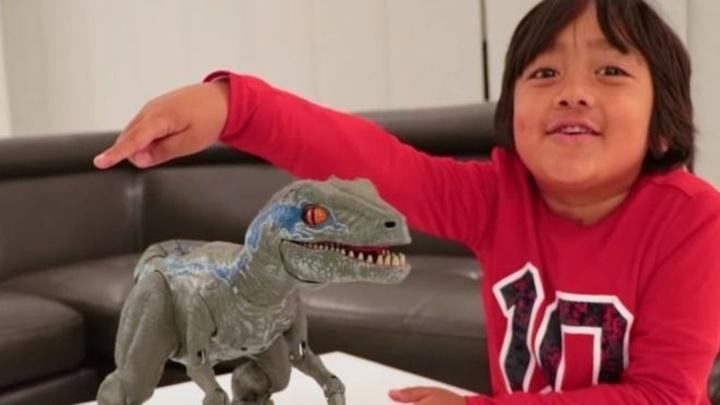 Cậu bé 7 tuổi kiếm được 22 triệu USD nhờ YouTube