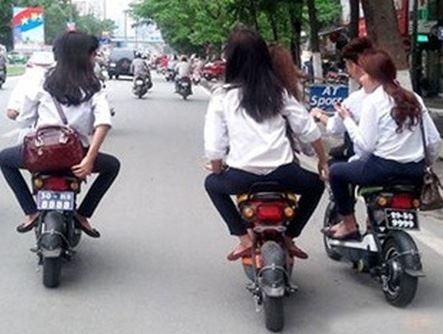 Đã đến lúc xe máy điện cũng cần có bằng lái, đội mũ bảo hiểm?
