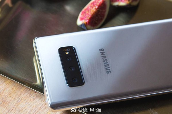 Xuất hiện ảnh thực tế Galaxy S10/S10+: 3 camera sau và màn hình đục lỗ