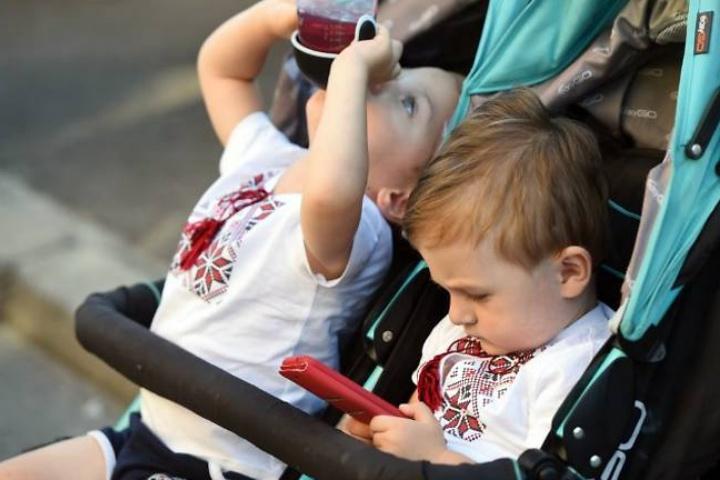 Các bác sỹ nhi khoa khuyên các bậc phụ huynh ngừng cho con em sử dụng các món đồ chơi điện tử