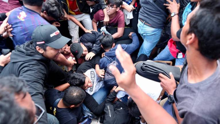 Vé bóng đá online: Không chỉ người Việt, người Malaysia cũng khốn khổ