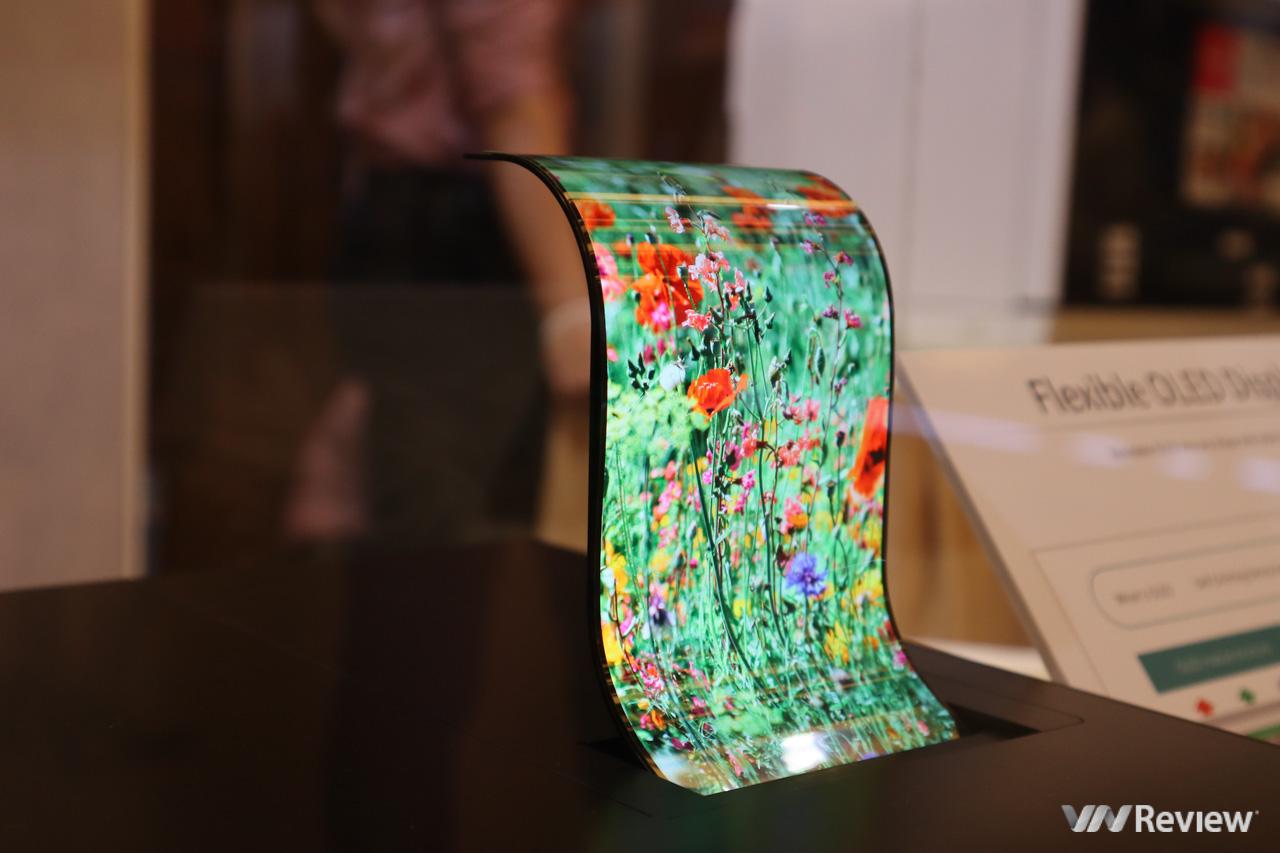 Sharp bất ngờ trình diễn màn hình OLED dẻo uốn cong, TV 8K nhân kỷ niệm 10 năm có mặt tại VN