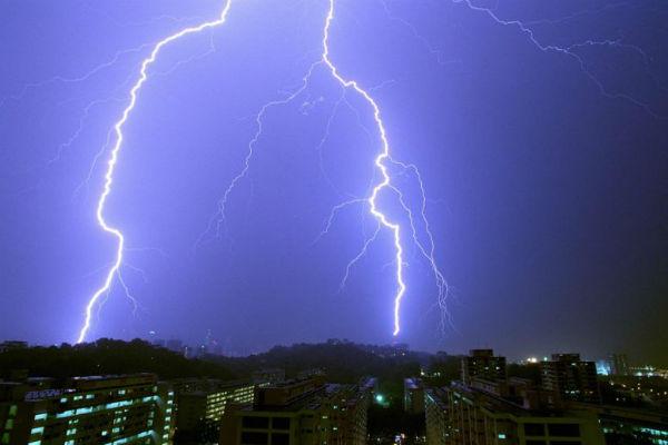 Dùng điện thoại đang sạc lúc trời mưa, bé 6 tuổi bị sét đánh tử vong