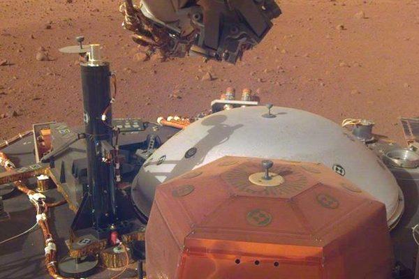 """Đây là bức ảnh """"tự sướng"""" đầu tiên của robot thăm dò InSight trên Sao Hỏa"""