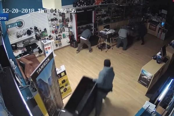 Trộm đột nhập cửa hàng lấy đi máy ảnh và ống kính trị giá 50 ngàn USD trong chưa đầy 1 phút