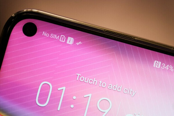"""Honor khoe """"lỗ"""" của View 20 nhỏ và chắc chắn hơn nhiều Galaxy A8s của Samsung"""