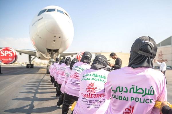 77 nữ cảnh sát nữ Dubai lập kỷ lục kéo máy bay Boeing 777 di chuyển hơn 100 mét