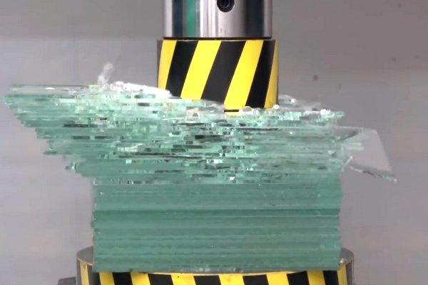 [Điều gì xảy ra?] Dùng máy ép thủy lực 100 tấn ép vỡ 50 tấm kính cùng lúc