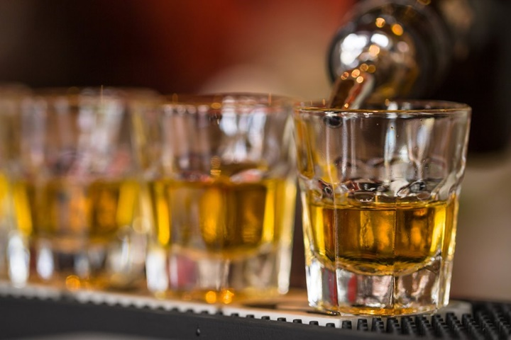 Tại sao uống rượu lại gây mờ mắt?