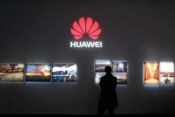 Huawei giáng chức, trừ lương nhân viên đăng tweet chúc mừng năm mới bằng iPhone