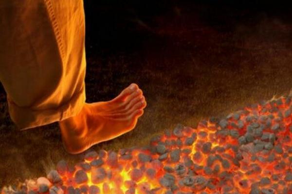Lý giải hiện tượng con người đi trên than hồng nhưng không bị bỏng