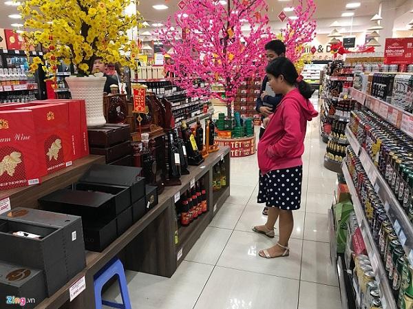 Bia rục rịch tăng giá trước Tết, người Sài Gòn lo mua sớm dự trữ