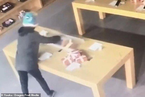 Đừng nghĩ 'liều ăn nhiều': Lao cả người để phá kính nhưng lại ăn trộm phải điện thoại demo