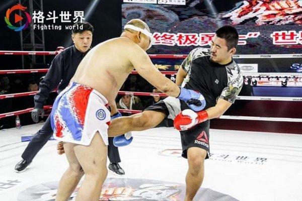 """Từ Hiểu Đông lại """"bắt nạt"""" võ thuật Trung Quốc, lần này đấm gãy mũi, rách mắt võ sư 52 tuổi"""