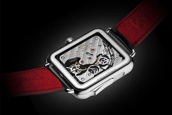 Trông như sản phẩm nhái Apple Watch nhưng chiếc smartwatch này có giá tới 350.000 USD