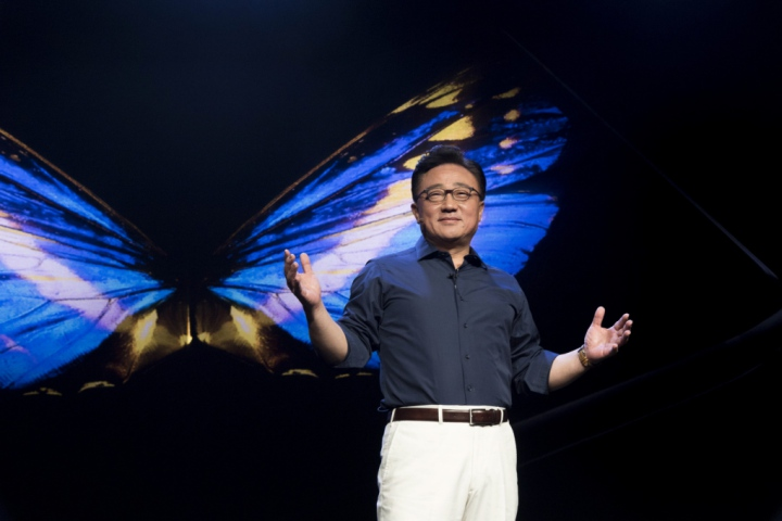 iPhone quá đắt ư? Sếp Samsung tuyên bố Galaxy F sẽ đắt gấp đôi!