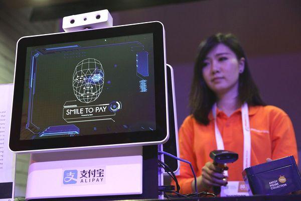 Trung Quốc mở phố mua sắm đầu tiên chỉ thanh toán bằng nhận diện gương mặt