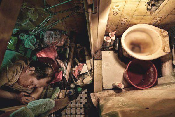 Loạt ảnh gây sốc về những ngôi nhà quan tài ở Hồng Kông, nơi chật hẹp và tù túng đến khó tin