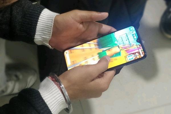 Galaxy M20 lộ ảnh trên tay đầu tiên, xác nhận màn hình giọt nước, viền máy vẫn còn dày