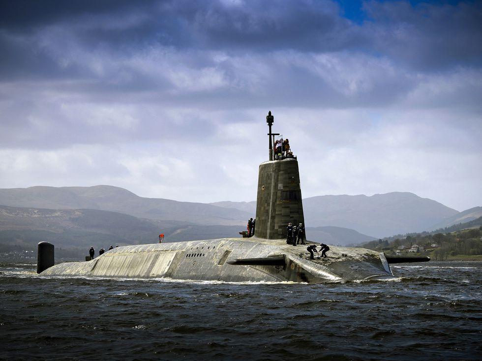 Tàu ngầm hạt nhân Anh suýt va vào phà chở ô tô