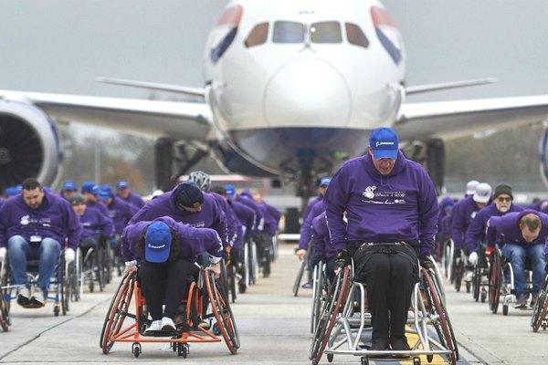 Ngồi xe lăn kéo máy bay Boeing nặng 127 tấn di chuyển 100 mét