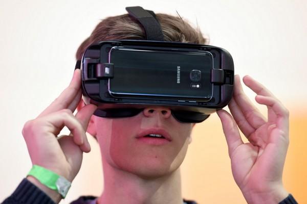 Samsung xác nhận Galaxy S10 sẽ hỗ trợ kính Gear VR và thay đổi được chức năng của Bixby