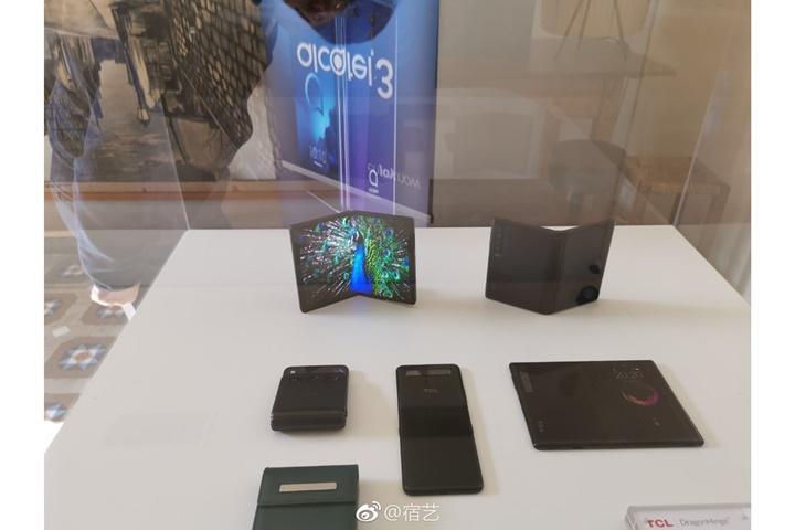 Samsung và Huawei không phải là công ty duy nhất đặt cược vào smartphone màn hình gập