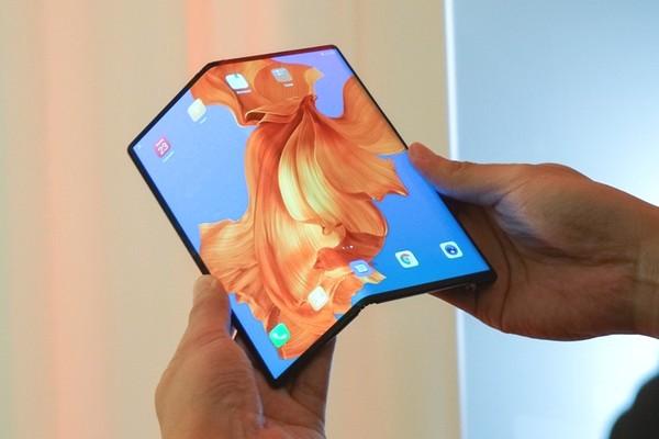 Đẹp mắt là vậy nhưng màn hình của Huawei Mate X lại dễ tạo nếp nhăn và dễ xước