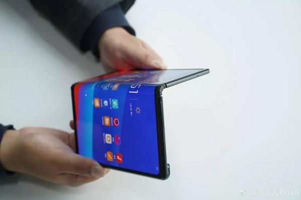 """Oppo """"nhá hàng"""" điện thoại gập, thiết kế giống Huawei Mate X"""