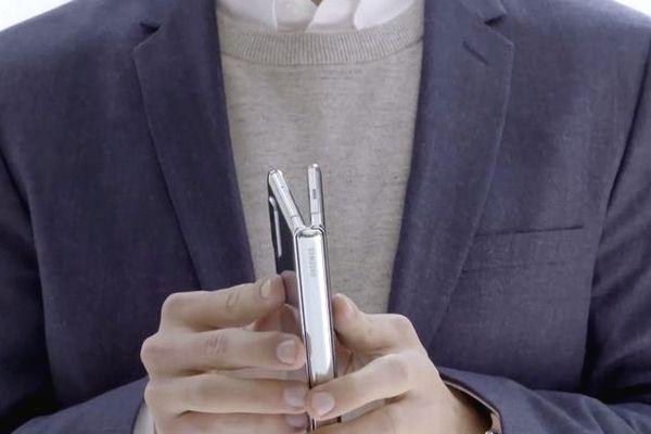 Video trên tay Galaxy Fold đầu tiên: bản lề chắc chắn, gập mở như cuốn sách