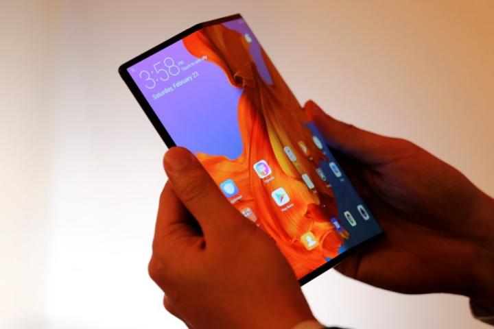 Cận cảnh smartphone Huawei không cho ai sờ vào tại MWC 2019