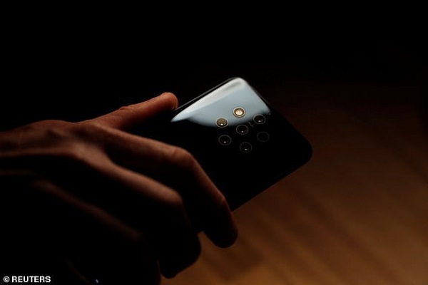 """Camera """"tổ ong"""" trên Nokia 9 PureView khiến những ai mắc chứng sợ lỗ phải nổi da gà"""