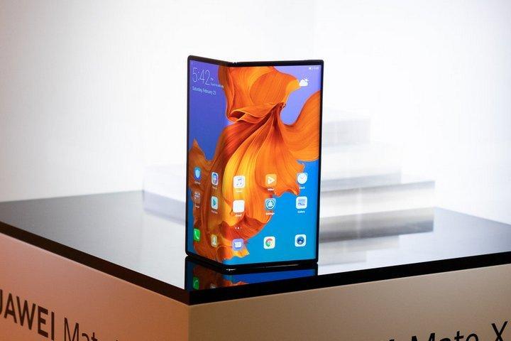 Sep Samsung che thiet ke cua Huawei Mate X de an nham va de nut vo neu roi xuong dat
