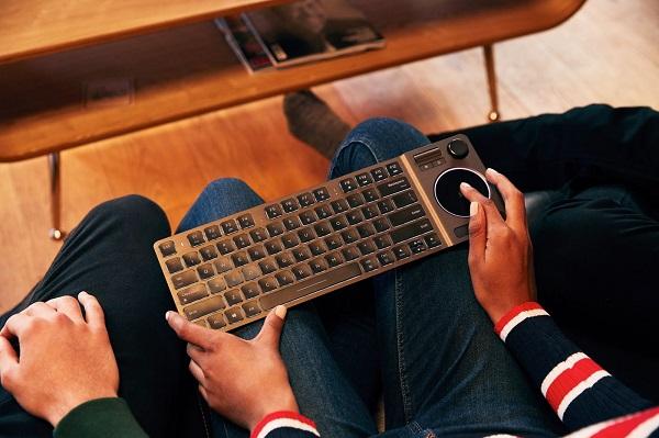 Corsair trình làng bàn phím K83 Wireless, tích hợp sẵn trackpad và gamepad
