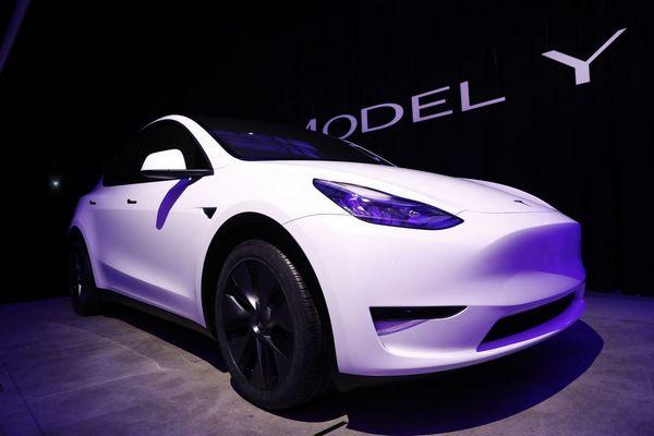 Ngắm mẫu SUV điện Tesla Model Y mới ra mắt với kiểu dáng sang trọng, giá từ 900 triệu đồng
