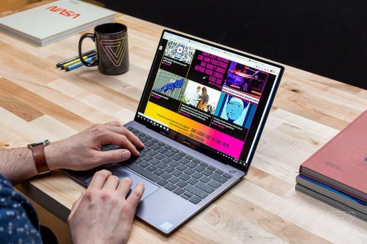 """""""Công chúa Huawei"""" dùng MacBook, iPhone và iPad khi bị bắt"""