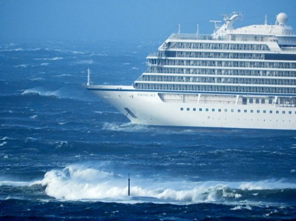 Hình ảnh hỗn loạn trên du thuyền Viking Sky hỏng động cơ, gần 1.400 người kẹt trên biển vừa được giải cứu an toàn