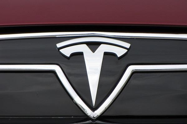 Tesla sản xuất xe hơi có chế độ tự lái toàn phần
