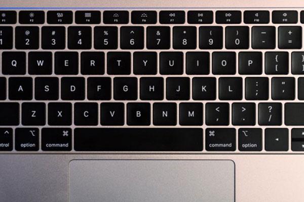 """Blogger nổi tiếng chê bàn phím cánh bướm là """"sản phẩm tệ nhất lịch sử Apple"""""""
