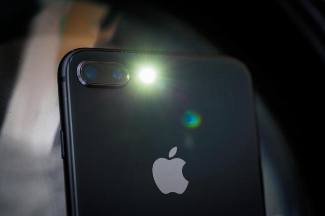 Góc giải ngố: Vì sao smartphone gần hết pin không thể bật flash chụp ảnh, nhưng bật làm đèn pin thì được?