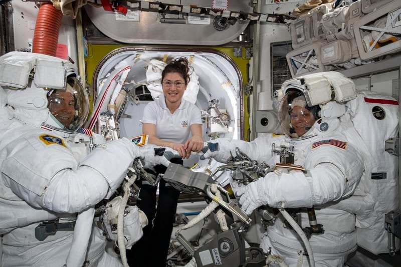 """Cuộc đi bộ ngoài không gian """"toàn phụ nữ"""" đầu tiên không thực hiện được vì thiếu… trang phục vũ trụ"""