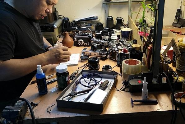 """Nghệ nhân sửa máy ảnh 4 đời ở Hà Nội: Khi """"tháo lắp"""" không chỉ dừng lại ở niềm đam mê"""