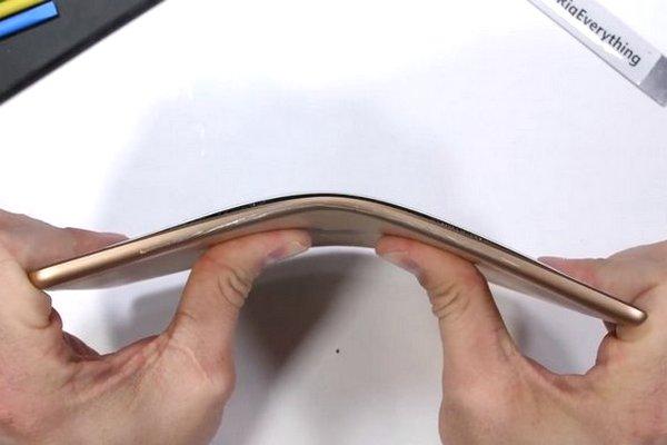 Tra tấn iPad Mini 5: Suýt thì thành tablet màn hình gập sau thử thách bẻ cong