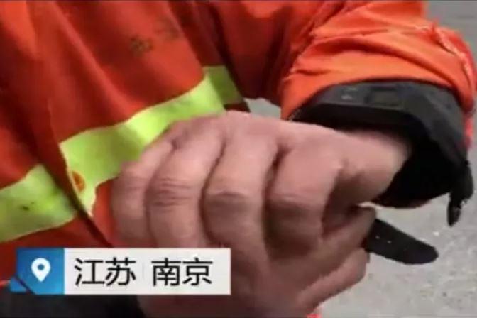 Công nhân vệ sinh Trung Quốc phải đeo vòng theo dõi định vị