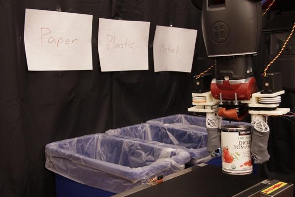 Robot phân loại tái chế của MIT có thể cảm nhận tính chất các vật liệu