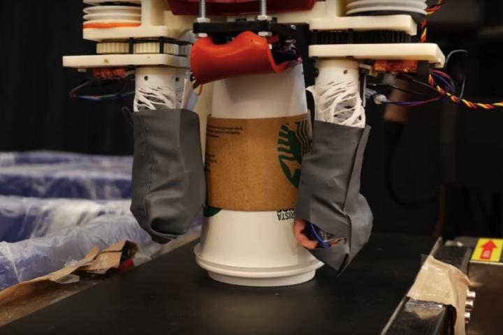 Chưa bằng Wall-E, nhưng robot tái chế rác của MIT có thể nhận biết giấy, nhựa và kim loại chỉ bằng một cú chạm